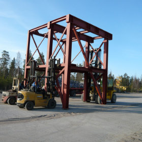 Kuorma-autot nostavat teräsrakennetta