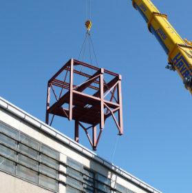 En kran som lyfter en stålkonstruktion