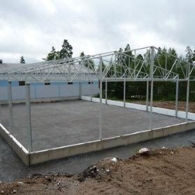 En stålkonstruktion för basen av en hall